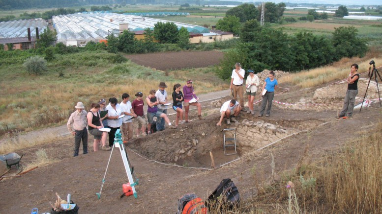 Heraclea Sintica USA students during excavations