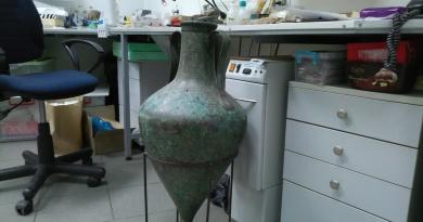 NAIM amophora