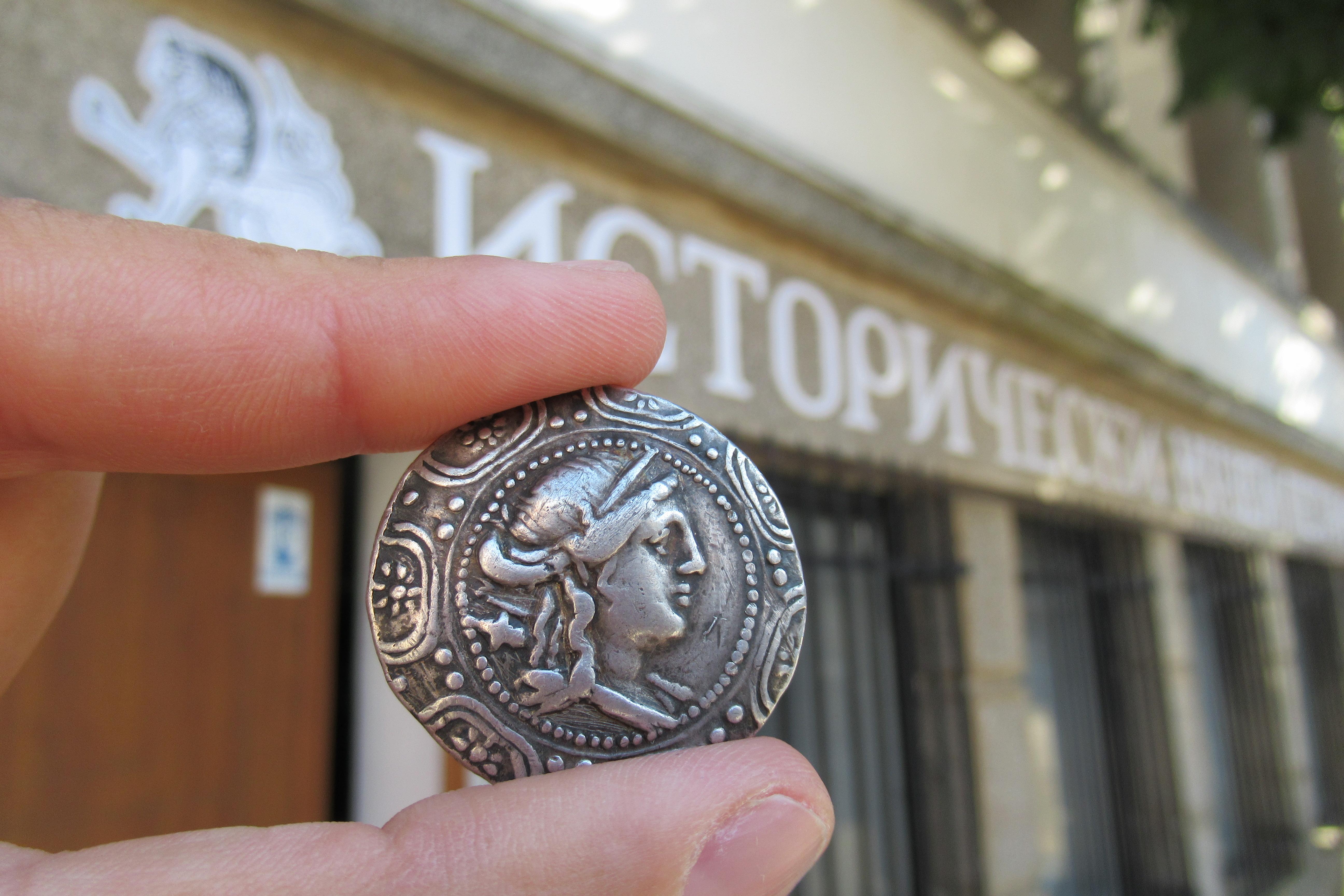 """Защо на първата международна валута пише """"Македония"""" на гръцки?"""