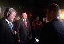 Министър Банов (вляво), македонският премиер Зоран Заев и директорът на Археологическия музей в Скопие Горан Санев разговарят на откриването на изложбата